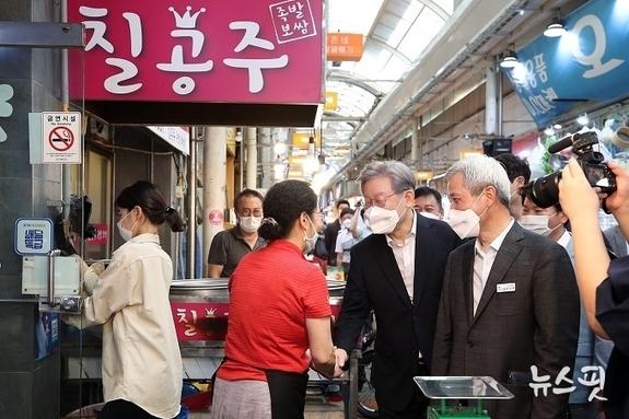 """이재명, 오산 오색시장서 추석 민생행보 """"우리 경제, 다 함께 잘사는 길 찾아야"""""""